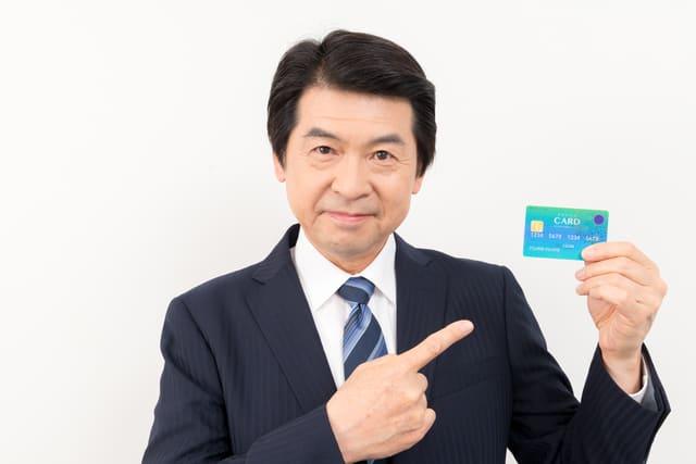 クレジットカードを持った男性
