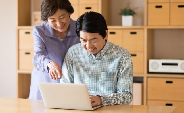 パソコンをする団塊世代の男性