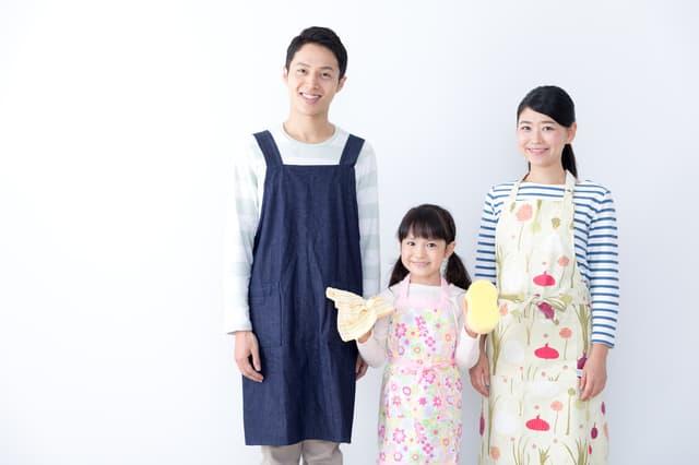 掃除する家族