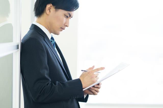 書類を確認する男性