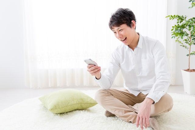 携帯を操作する男性