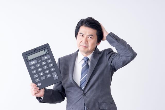 電卓を持つ男性