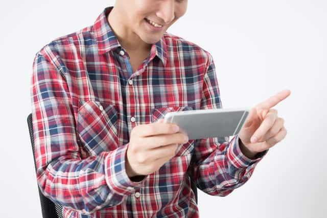 スマホアプリで遊ぶ男性