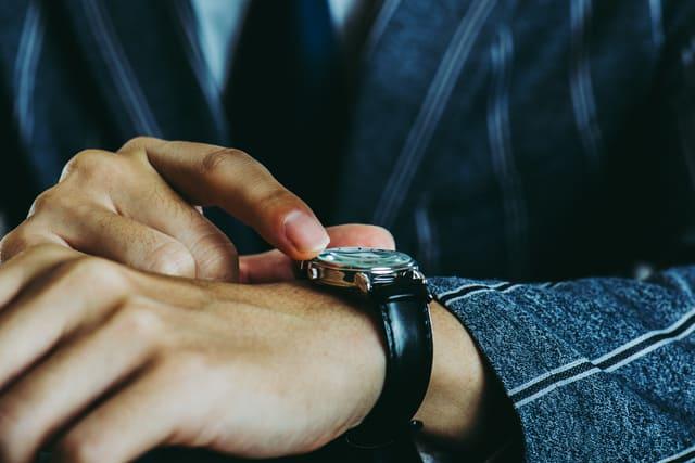 腕時計をつけた男性の手