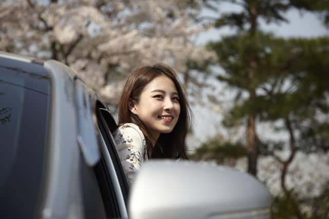 ドライブ中の女性