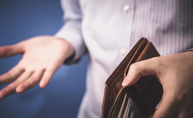 財布を持って困る男性